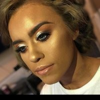 Fully qualified Makeup Artist teaching makeup. Highly experienced in the makeup and beauty industry.