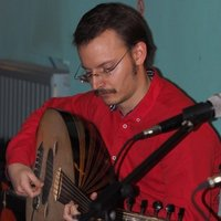 Professional oud player offers oud and makam theory lessons for all levels