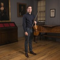 Professional violinist offering modern violin, baroque violin, recorder and music reading lessons in London.